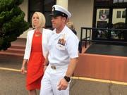 Soll einen verwundeten Taliban erstochen haben: Der US-Soldat Edward Gallagher mit seiner Frau beim Verlassen des Militärgerichts in San Diego. (Bild: KEYSTONE/AP/JULIE WATSON)