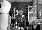 Hans Arp in seinem Atelier 1957. (Bild: Keystone)
