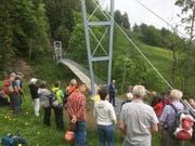 Die neue Hängebrücke über den Lochbachgraben ist ein eindrückliches Bauwerk. (Bild: PD)