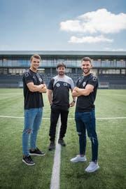 Trainer Ciriaco Sforza mit zwei Neuen, die stellvertretend für die gute Wiler Mischung stehen sollen: Der junge Verteidiger Joël Schmied (links) und Routinier Philipp Muntwiler. (Bild: Benjamin Manser)