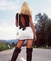Eine Prostituierte wartet 1978 in Vorarlberg auf einen Freier. (Bild: PD)