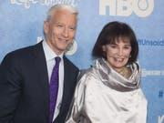 Die US-Schauspielerin, Malerin und Modedesignerin Gloria Vanderbilt, hier zusammen mit ihrem Sohn und CNN-Moderator Anderson Cooper, ist Mitte Juni 2019 im Alter von 95 Jahren gestorben. (Bild: Keystone/AP Invision/CHARLES SYKES)