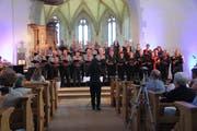 Die Jubilare vom Männerchor Gachnang und die Mitglieder vom Frauenchor Wigoltingen singen gemeinsam. (Bild: Christine Luley)
