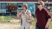 Endlich wird sie wahrgenommen: Hausfrau Britt-Marie (Pernilla August, links) startet in ein neues Leben. (Bild: Elite)