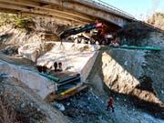 Die über sieben Tonnen schwere Stahlkonstruktion der Messanlage wurde zentimetergenau in die Aussparung der aus Beton gefertigten Wildbachsperre im Illgraben eingebaut. (Bild: Brian McArdell, WSL)