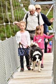 Mit Kind und Kegel beschritten die Gäste die neue Hängebrücke über den Lochbach am Walserberg. (Bild: Heidy Beyeler)
