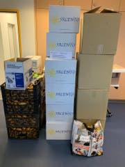 Beigenweise Kartons fanden die Zollfahnder im Lieferwagen. (Bild: pd)