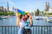 Zwei Frauen küssen sich an der Zürcher Gay Pride. (Bild: Melanie Duchene/Keystone)