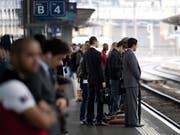Zahlreiche Züge zwischen Bern und Lausanne fielen seit 13.10 Uhr aus. Die Reisenden mussten Umwege und Verspätungen in Kauf nehmen. (Bild: Keystone/DOMINIC FAVRE)