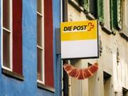 Das Modell der Postagenturen funktioniert gemäss Aufsicht gut: Das Schild für die Postagentur in der Bäckerei Merz in Luzern. (Bild: KEYSTONE/CHRISTIAN BEUTLER)