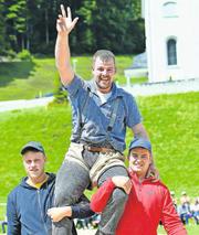 Stefan Heinzer lässt sich nach dem Sieg feiern. (Bild: Andy Scherrer / Bote der Urschweiz)
