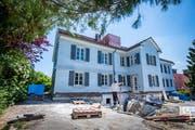 Das alte Schulhaus an der Kirchlistrasse 2 wird derzeit für die Tagesbetreuung und den Kindergarten umgebaut. (Bild: Urs Bucher - 17. Juni 2019)