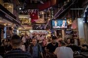 Das TV-Duell zwischen Ekrem Imamoglu (links) und Binali Yildirim wurde letzten Sonntag selbst in Bars gezeigt. (Bild: Chris McGrath/Getty, Istanbul)