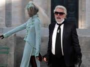 Die Kleider und Handtaschen des im Februar verstorbenen Stardesigners Karl Lagerfeld waren im vergangenen Jahr vor allem in Asien heiss begehrt. (Bild: KEYSTONE/EPA/IAN LANGSDON)