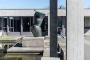 Hans Arp schuf die Skulptur «Weltenbaum», die heute vor der HSG St.Gallen steht und sich vor dem fernen Alpstein verneigt. (Bild: Hanspeter Schiess)