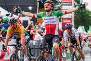 Elia Viviani bejubelt seinen Etappensieg an der Tour de Suiss in Arlesheim. (Bild: Andy Mueller/freshfocus)