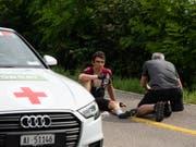 Geraint Thomas sitzt nach seinem Sturz am Boden (Bild: KEYSTONE/TOUR DE SUISSE/SAM BUCHLI)