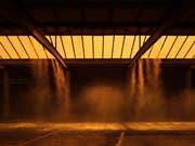 In der Kunsthalle Arbon steigt Wasserdampf von der Decke – alle acht Minuten. (Bild: Ladina Bischof)