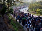 Die Vereinigten Staaten als Ziel: Migranten aus Zentralamerika zu Fuss unterwegs in Mexiko. (Bild: KEYSTONE/AP/MOISES CASTILLO)