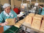 Käse, Frischkäse, Milch oder Butter: Emmi baut das Geschäft in Brasilien aus und übernimmt die Mehrheit an einer Molkerei. (Bild: KEYSTONE/MARTIN RUETSCHI)