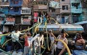 Inder füllen ihre Kanister in Neu-Delhi mit frischem Trinkwasser. (Bild: Anushree Fadnavis/Reuters; 14. Juni 2019)