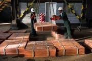 Arbeiter machen Kupferbleche aus den Mopani-Minen für den Abtransport bereit. (Bild: Per-Anders Pettersson/Getty Images)