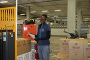 Mitarbeiterin Adissa Gbane stellt Waren nach Bestellung bereit.