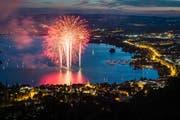 Gehört unbedingt dazu: Das Feuerwerk über dem Zuger Seebecken (Bild: Christian H. Hildebrand, Zug, 23. Juni 2018)
