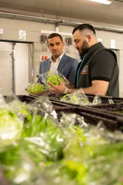 Kritische Blicke: Geschäftsführer Oliver Wulkan mit Warenkontrolleur Behar Daki. (Bild: PD)