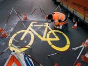 In Merlischachen soll unter anderem mit einem Radweg ein Schulweg sicherer gemacht werden. Der Kanton Schwyz hat das Projekt öffentlich aufgelegt. (Bild: KEYSTONE/CHRISTIAN BEUTLER)