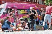 Manfred Fries («Dä Brüeder vom Heinz») dreht in Amriswil mit Lokalmatador Roger De Win das Video zum neuen Lied «Amriswil». (Bild: Manuel Nagel)