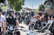 Kurz vor dem Startschuss zur Töffrundfahrt: 100 wartende Biker an der Mistral-Fun-Party. (Bild: Andrea Stalder)