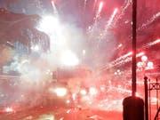 Bei Demonstrationen in Albanien ist es am Sonntagabend zu Ausschreitungen gekommen. (Bild: KEYSTONE/EPA/MALTON DIBRA)