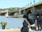 Trauernde Familienangehörige an der Donau in Budapest. (Bild: KEYSTONE/AP MTI/LAJOS SOOS)