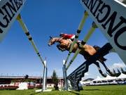 Steve Guerdat und Bianca fliegen über den Oxer. (Bild: KEYSTONE/GIAN EHRENZELLER)