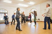 Im Workshop machten die Darsteller Übungen zu den Atmosphären der verschiedenen Stücke. (Bild: Verlagshaus Schwellbrunn, Katja Niederöst)