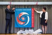 Das Patenpaar der neuen Verbandsfahne: Daniel Hecht und Evi Hurschler am Sonntag in Inwil. (Bild: Eveline Beerkircher, 2. Juni 2019)