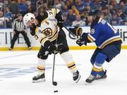 Wegweisender Führungstreffer: Der frühere Lugano-Lockout-Stürmer Patrice Bergeron (links) schoss die Boston Bruins mit seinem Goal in der 11. Minute 1:0 in Führung (Bild: KEYSTONE/AP/JEFF ROBERSON)