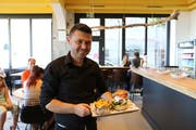 Mitinhaber Ali Koc hat einige Burger serviert. (Bild: Jolanda Riedener)
