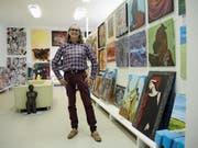 Eine grosse Vielfalt: Galerist Franz Bucher in seinem Showroom in Weite. (Bild: Armando Bianco)