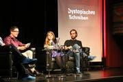 Lucas Marco Gisi, Julia von Lucadou und Heinz Helle diskutieren über dystopisches Schreiben. (Bild: Mirjam Bächtold)