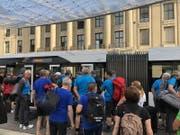 Die Turner machen sich auf den Weg zum Festgelände: Ob in diesen Bus wohl alle reinpassen?