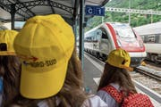 Schülerinnen warten in Bellinzona auf den Zug. (Bild: Carlo Reguzzi/Keystone)