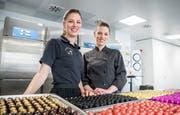 Laura und Fabia Löw in ihrer Schoggi-Küche. (Bild: Andrea Stalder)