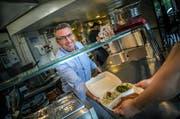 Anti-Food-Waste im «Sternen» in Frauenfeld: Geschäftsführer Stefan Mühlemann gibt eine Foodbox heraus. (Bild: Andrea Stalder)