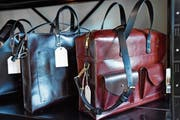 In ihrer Ledermanufaktur stellt Raphaela Götz unter anderem Handtaschen her. (Bild: PD)