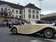 Bundespräsident Ueli Maurer fuhr in einem Oldtimer am grossen Festumzug des Eidgenössischen Turnfestes in Aarau mit. (Bild: Thomas Gerber/Keystone-SDA)
