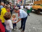 Regierungsrat Markus Dieth verteilt Rüeblichueche. (Bild: Nadja Rohner)