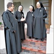 Abt Christian Meyer aus Engelberg freut sich mit Äbtissin Pia Habermacher, Priorin Daniela Bieri und Priorin Margrith Jegerlehner über das Benediktinische Zentrum (von links). (Bilder: Romano Cuonz, Sarnen, 22. Juni 2019)