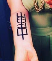 Das Tattoo mit dem Bildgedicht «Vokale» ihres Vaters Eugeon Gomringer.
